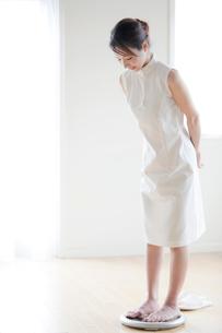 体重計に乗る女性の写真素材 [FYI03860561]