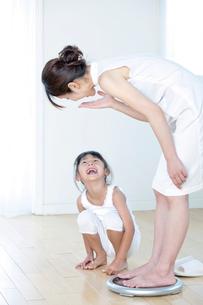 体重計に乗る母と娘の写真素材 [FYI03860564]