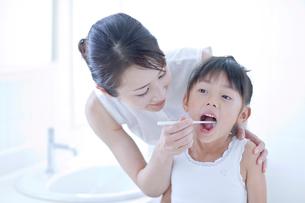 歯磨きをする母と娘の写真素材 [FYI03860567]