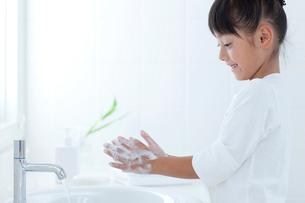 手を洗う女の子の写真素材 [FYI03860573]