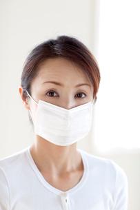 マスクをする女性の写真素材 [FYI03860584]
