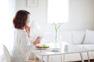 食事をする女性の写真素材 [FYI03860590]