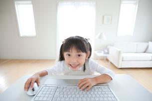 パソコンに向かう女の子の写真素材 [FYI03860593]