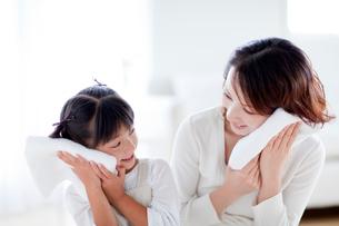 洗いたてのタオルと母と娘の写真素材 [FYI03860599]