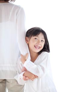 母の手につかまる女の子の写真素材 [FYI03860605]