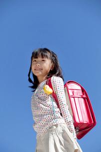 青空とランドセルを背負う女の子の写真素材 [FYI03860610]