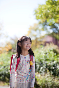 新緑とランドセルを背負う女の子の写真素材 [FYI03860612]