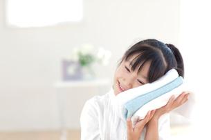 洗い上がりのタオルを持つ女の子の写真素材 [FYI03860622]