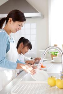 料理をする母と娘の写真素材 [FYI03860623]