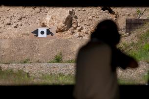 移動標的の射撃の写真素材 [FYI03860691]