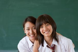 黒板の前に立つ日本人の女子高校生の写真素材 [FYI03860704]