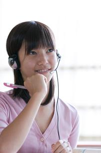 インカムを付け授業を受ける10代の女の子の写真素材 [FYI03860720]