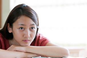 塾で勉強する10代の女の子の写真素材 [FYI03860721]