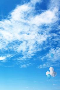 青空に飛ぶ風船の写真素材 [FYI03860790]
