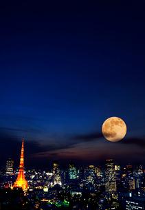 東京タワーと月の街の夜景の写真素材 [FYI03860821]