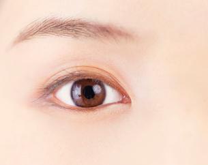 女性の目の写真素材 [FYI03860863]