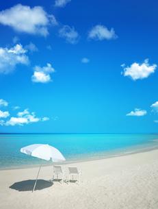 ビーチパラソルと白い椅子の写真素材 [FYI03860864]