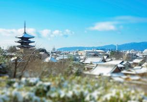 雪の八坂の塔の写真素材 [FYI03860866]
