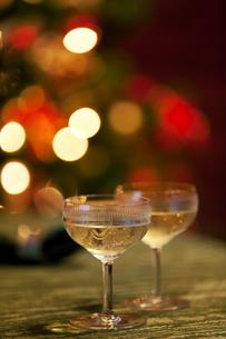 シャンパンとクリスマスのテーブルの写真素材 [FYI03860933]