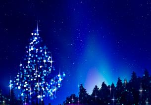光るクリスマスツリーのある夜景の写真素材 [FYI03860952]