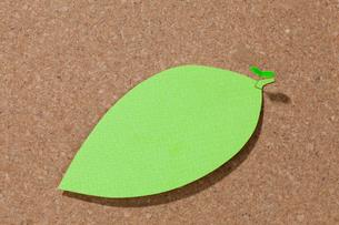 コルクボードにピンで留めた葉っぱ型のメモの写真素材 [FYI03860956]