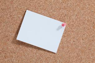 コルクボードにピンで留めたメモの写真素材 [FYI03860957]