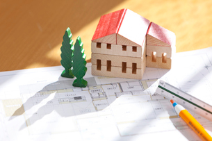 ミニチュアの家と設計図の写真素材 [FYI03860966]