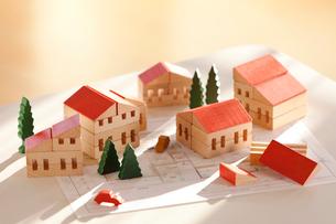 ミニチュアの家と設計図の写真素材 [FYI03860967]