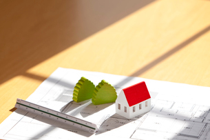 ミニチュアの家と設計図の写真素材 [FYI03860971]