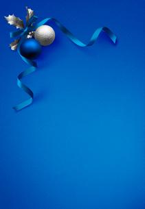 青のクリスマス・オーナメントの写真素材 [FYI03861002]