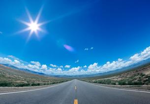 一本道のある地平線に太陽の光の写真素材 [FYI03861032]