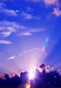 雲の合間から見える太陽の写真素材 [FYI03861035]