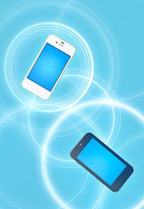 二台のスマートフォンと通信イメージの写真素材 [FYI03861083]