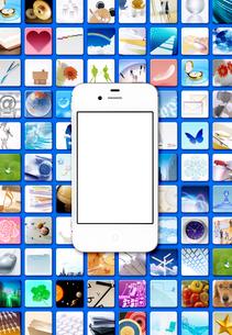 たくさんのアイコンとスマートフォンの写真素材 [FYI03861090]
