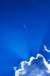 雲とジェット雲の写真素材 [FYI03861106]
