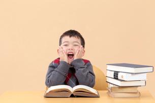 本の前で叫ぶ男の子の写真素材 [FYI03861136]