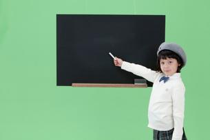 黒板を指し示す女の子の写真素材 [FYI03861138]