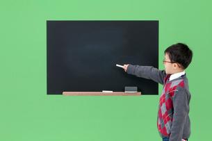 黒板を指し示す男の子の写真素材 [FYI03861140]