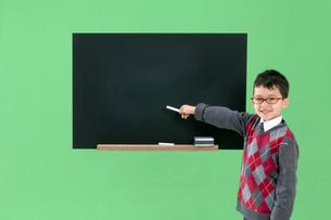 黒板を指し示す男の子の写真素材 [FYI03861143]