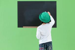 黒板に書く女の子の写真素材 [FYI03861144]