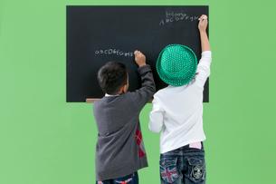 黒板に書く男の子と女の子の写真素材 [FYI03861145]