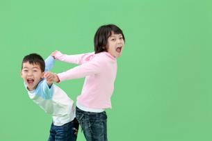 楽しそうに遊ぶ姉弟の写真素材 [FYI03861156]