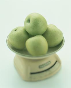 はかりの上のリンゴの写真素材 [FYI03861636]