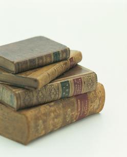 積み重なった洋書の古書の写真素材 [FYI03861681]