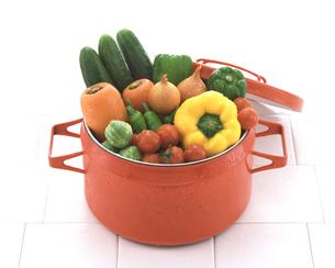赤い鍋と野菜の写真素材 [FYI03861756]