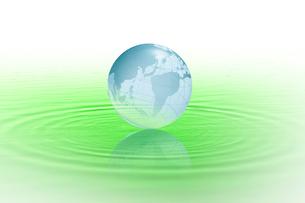水に浮かぶ地球のイラスト素材 [FYI03862184]