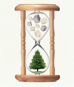 砂時計の中の紙資源と木の写真素材 [FYI03862273]