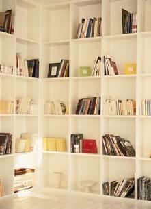 白い本棚の写真素材 [FYI03862327]