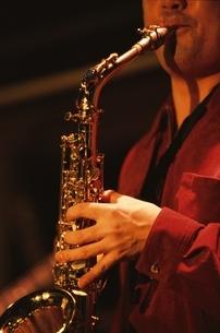 サックスを演奏する奏者の手の写真素材 [FYI03862329]
