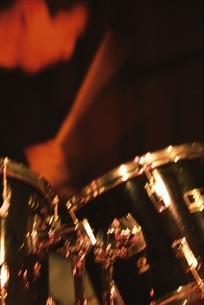 ドラムを演奏する奏者の手の写真素材 [FYI03862333]